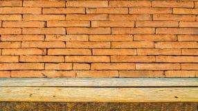 houten plank en oranje bakstenen muur stock foto's