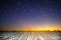 Houten plank en sterrige hemelachtergrond in de zonsopgangtijd royalty-vrije stock foto's