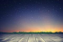 Houten plank en sterrige hemelachtergrond in de zonsopgangtijd stock foto's
