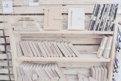 Houten plank met boek stock foto