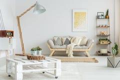 Houten plank naast ontworpen bank stock afbeeldingen