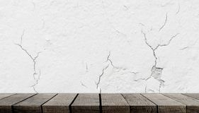 Houten plank op barst concrete muur voor productvertoning stock foto's