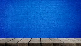 Houten plank op blauwe tapijtachtergrond royalty-vrije stock afbeelding