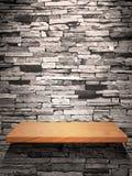 Houten plank op steenmuur stock afbeeldingen