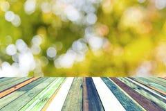 Houten plank op vaag groen park bij zonsondergangachtergrond royalty-vrije stock foto's