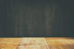 Houten planken en zwarte raadsachtergrond klaar voor spot omhoog of productplaatsing Stock Afbeeldingen