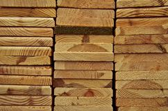 Houten planken in het bos, het pakhuis of de zaagmolen stock fotografie