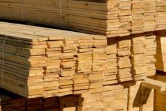 Houten planken op houtwerf, pakhuis of zaagmolen royalty-vrije stock foto