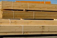 Houten planken op houtwerf, pakhuis of zaagmolen royalty-vrije stock afbeelding