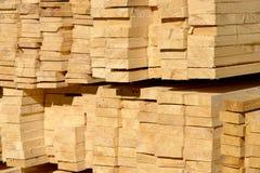 Houten planken op houtwerf, pakhuis of zaagmolen royalty-vrije stock foto's