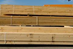 Houten planken op houtwerf, pakhuis of zaagmolen stock fotografie
