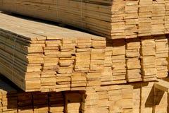 Houten planken op houtwerf, pakhuis of zaagmolen royalty-vrije stock afbeeldingen