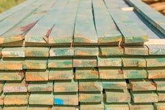 Houten planken van zaagmolen voor de bouw van het huisdak royalty-vrije stock fotografie