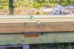 Houten planken van zaagmolen voor de bouw van het huisdak stock afbeeldingen