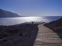 Houten plankenweg die tot de overzeese kust met mening over hoogte l leiden royalty-vrije stock fotografie