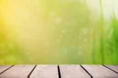 Houten platform bij tuin voor achtergrond Royalty-vrije Stock Foto's