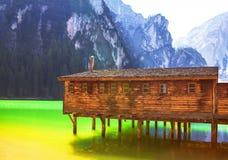 Houten plattelandshuisje op het meer stock fotografie