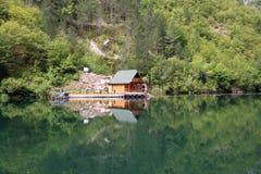 Houten plattelandshuisje op rivier Stock Afbeelding