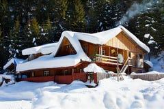 Houten plattelandshuisje in sneeuw royalty-vrije stock afbeelding