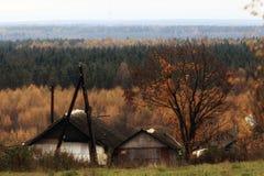 Houten plattelandshuisjehuis bij autmn Stock Foto