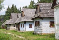 Houten plattelandshuisjes in dorp, Slowakije Royalty-vrije Stock Foto