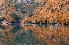 Houten plattelandshuisjes op rivier autmn seizoen Royalty-vrije Stock Afbeelding