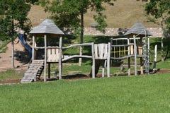 Houten playset in een openbare, open speelplaats in Trentino stock fotografie