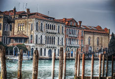 Houten polen door Venetië Grand Canal royalty-vrije stock foto