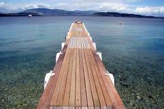 Houten ponton op eiland Corfou Stock Afbeeldingen