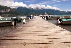 Houten ponton op Meer Annecy stock foto