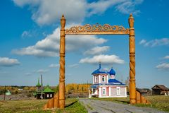 Houten poort en Stijgingskapel Rusland Royalty-vrije Stock Afbeelding
