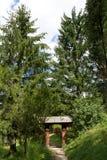 Houten poort in het bos Stock Fotografie
