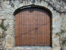 Houten poort met deurkloppers Stock Afbeeldingen