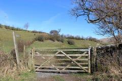 Houten poort op voetpadingang aan gebied Cumbria Stock Fotografie