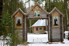 Houten poorten - de ingang is de doopdoopvont Royalty-vrije Stock Afbeelding