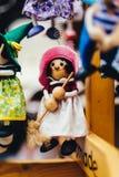 Houten poppen gekleed in verschillende uitrustingen met de hand gemaakte houten poppen die als vertoning hangen Decoratieve poppe stock afbeeldingen