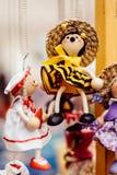 Houten poppen gekleed in verschillende uitrustingen met de hand gemaakte houten poppen die als vertoning hangen Decoratieve poppe stock afbeelding