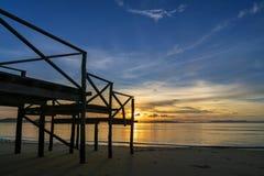 Houten portiek door het overzees in zonsopgang of zonsondergangtijd mooi licht van aard royalty-vrije stock foto