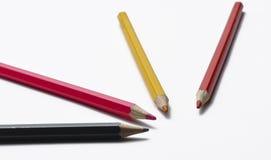 Houten potloden die op witte achtergrond worden ge?soleerde Kleurrijke pennen voor school stock afbeelding