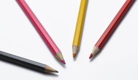 Houten potloden die op witte achtergrond worden ge?soleerde Kleurrijke pennen voor school royalty-vrije stock foto's