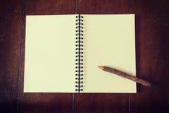Houten potlood op notitieboekje Stock Afbeeldingen