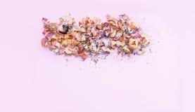 Houten potloodspaanders en kleurrijke crumbs van grafiet van slijper Hoogste mening stock fotografie