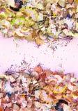 Houten potloodspaanders en kleurrijke crumbs van grafiet van slijper Hoogste mening stock afbeelding