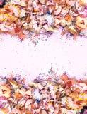 Houten potloodspaanders en kleurrijke crumbs van grafiet van slijper Hoogste mening stock foto
