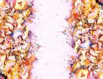 Houten potloodspaanders en kleurrijke crumbs van grafiet van slijper Hoogste mening royalty-vrije stock afbeeldingen