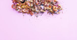 Houten potloodspaanders en kleurrijke crumbs van grafiet van slijper Hoogste mening royalty-vrije stock fotografie