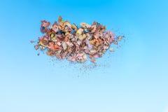 Houten potloodspaanders en kleurrijke crumbs van grafiet van slijper op zachte pastelkleurdocument achtergrond Hoogste mening Ont stock foto's