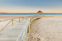 Houten promenade aan het strand Idyllische scène Stock Afbeeldingen