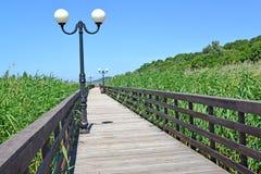 Houten promenade in de zomer zonnige dag Regeling Amber, Kaliningrad-gebied Stock Foto's