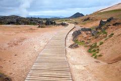 Houten promenade op vulkanisch gebied stock foto